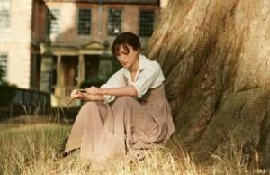 Elizabeth Bennett (Keira Knightley) sitting under a tree