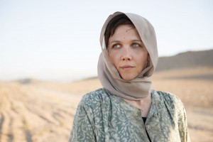 The Honourable Woman - Nessa Stein (Maggie Gyllenhaal) wearing a headscarf standing in a desert