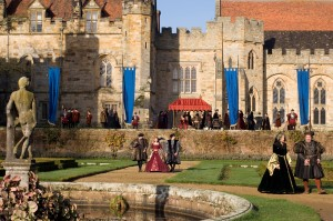 Actors walking the grounds of Penshurst Place © Universal