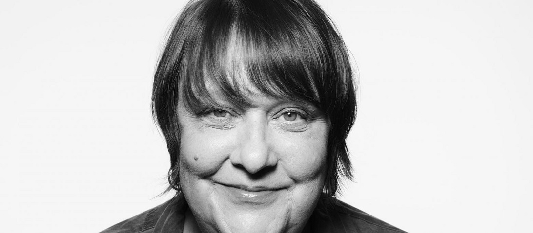 Black and white close up of comedienne and actress Kathy Burke looking at the camera smiling.